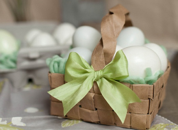DIY-easy-easter-basket-idea-grocery-bag-easter-basket-green-ribbon