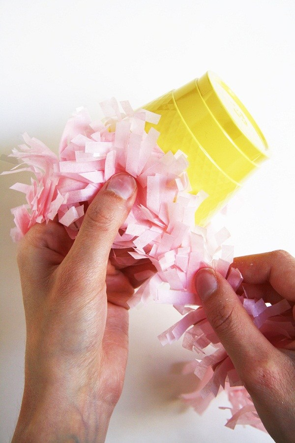creative-Easter-basket-craft-ideas-mini-easter-basket-plastic-coffee-cups-glue-colorful-paper