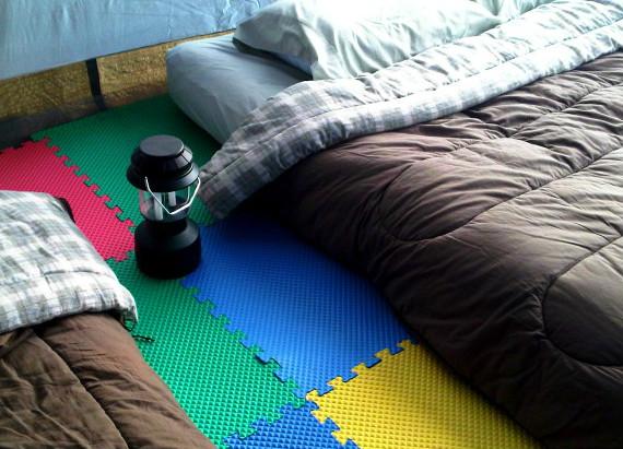 Используйте пенопласт напольные коврики, защитить ноги от гравия изолировать пол от холодного